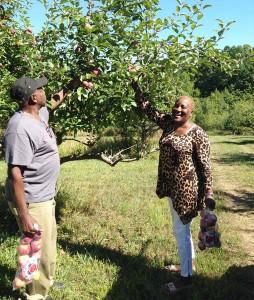 Picking-Apples-Corey-and-Nakia